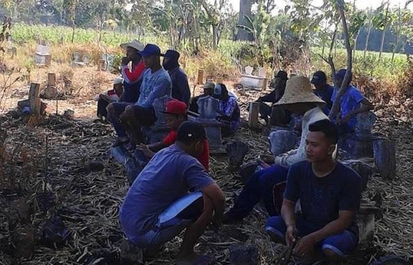 Suasana Bersih Makam Desa